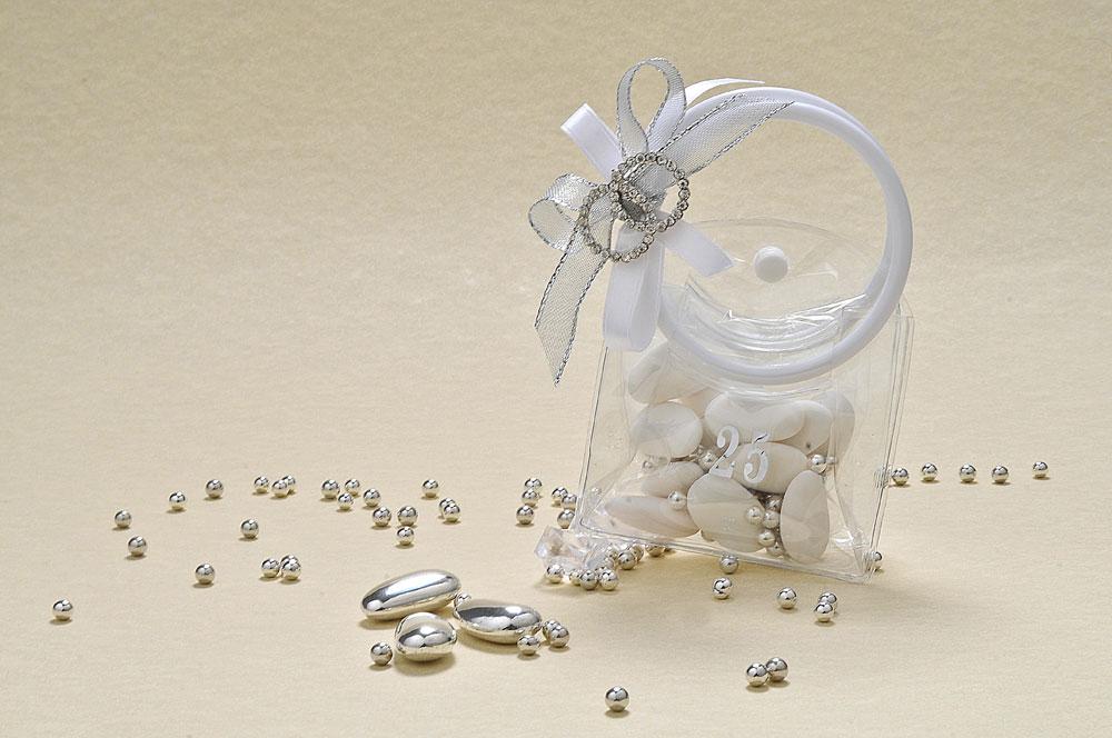 Borsetta in PVC a due manici con spilla a forma di fedi intrecciate e brillantate. Una confezione simpatica per regalare confetti al Pistacchio e Uva fragola, personalizzabile a piacimento.