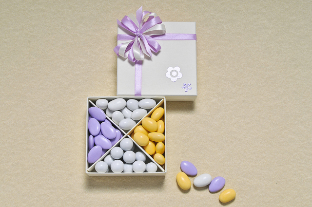Scatola degustazione: proposta di 4 tipologie di confetti, dai colori, forme e gusti differenti. In questo caso, decori di fiori e i fiocchi di raso, riprendono il tema o il colore ricorrente scelto dagli sposi alla location.