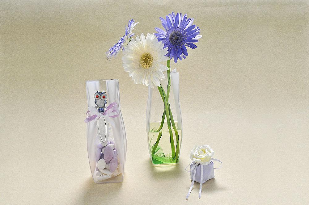 Mi presento: sono VASO. Ultima versione di vaso in PVC riciclabile e segnalibro con gufetto, con all'interno 5 gusti di confetti dalla Ricotta e Pera al Pistacchio, da utilizzare poi, per fiori freschi e profumati. Sacchettino mignon con rosellina in tessuto, da utilizzare come segnaposto abbinato.