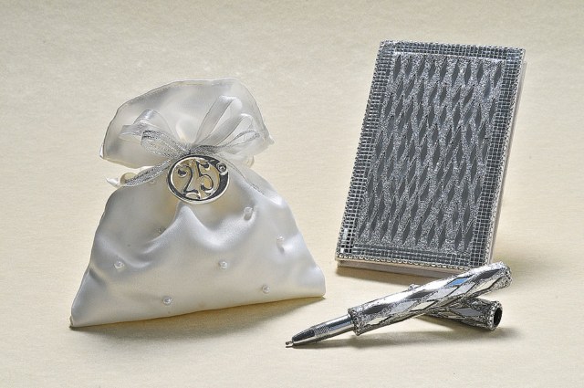 Agendina con penna argentata decorata con specchietti scintillanti e sacchetto in raso, impreziosito da perle con ciondolo in argento.