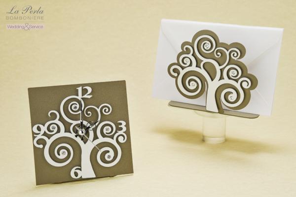 L'albero della Vita è il tema di questa collezione made in Italy che presenta l'orologio e il portalettere. Metallo intagliato al laser con punti luce che impreziosiscono le forme.