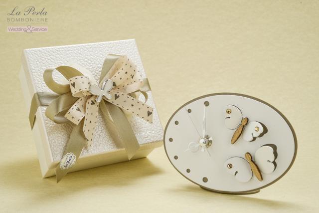 Una coppia di farfalle svolazzanti dona un tocco di leggerezza all'orologio ovale in metallo intagliato al laser, made in Italy.