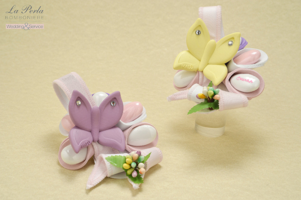 La primavera è arrivata con le farfalle in resina colorata appoggiate su un fiore dai petali dolci come confetti.