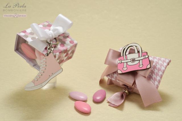 Stile Vintage per le scatoline dalle sfumature rosate con portachiave a scarpa Converse All Star in legno e Borsetta calamitata.
