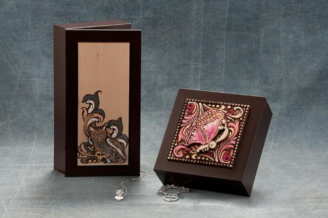 Portagioie in legno intagliati al laser e dipinti a mano; cm 13 x 27 e cm 16 x 16.
