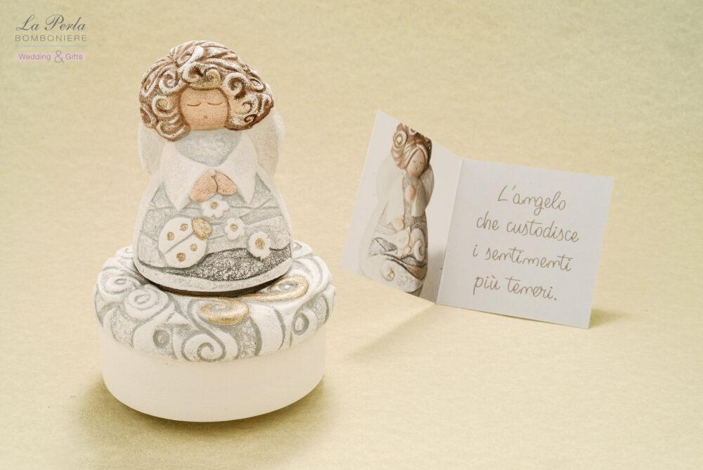 Il Carillon con Angelo, che custodisce i sentimenti più teneri. Realizzato in carta e pietra insieme, interamente ideato, scolpito e dipinto a mano. E' una creazione presentata da Cartapietra, made in Italy.