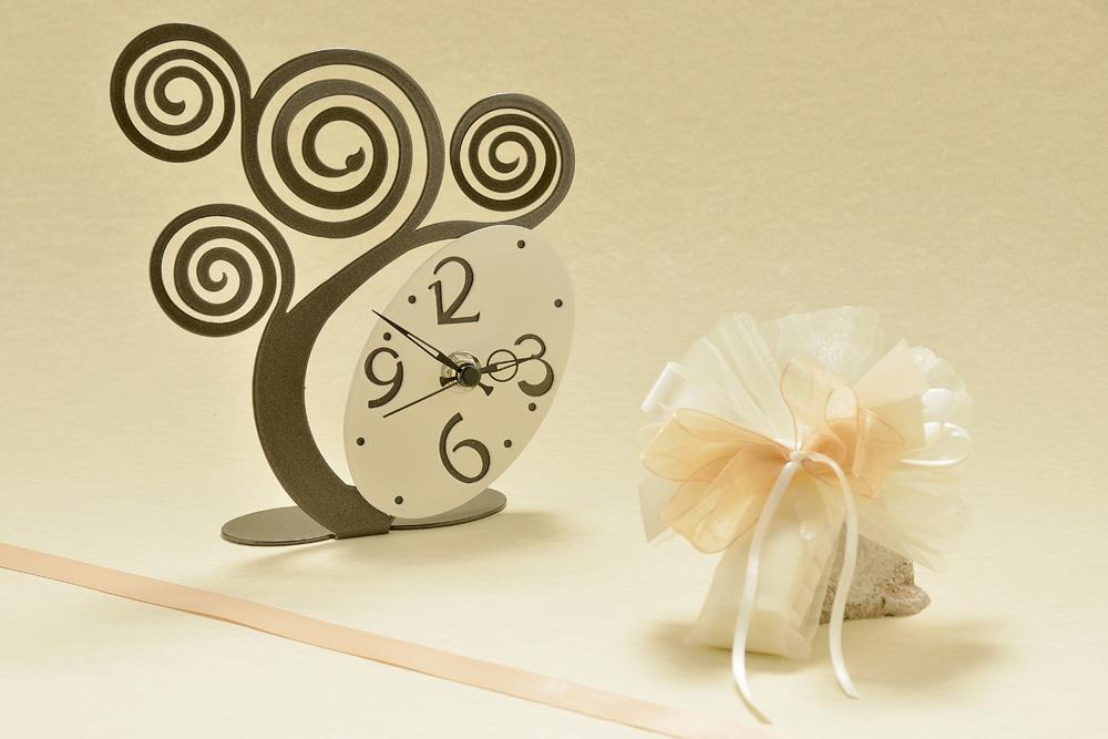 """L'orologio """"Albero della Vita"""", scandisce con le sue lancette gli eventi della nostra esistenza. Prodotto italiano, in metallo laccato antigraffio, con colori a scelta."""