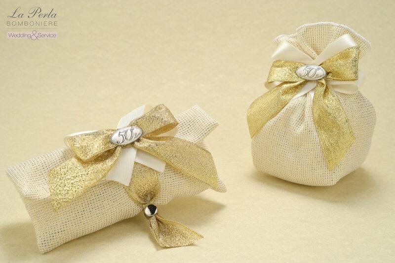 Bustina e sacchetto con ovalino d'argento con il 50°in tessuto a quadretti bianchi e oro lucido, splendenti come un lingotto d'oro.