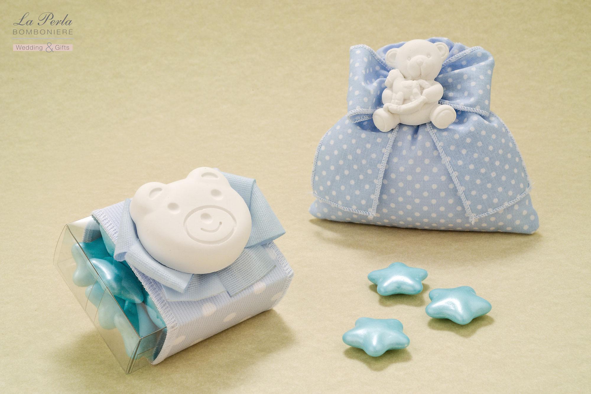 Gessetto profumato a forma di Orsetto con calamita, applicato sul sacchettino e scatolina in tessuto di cotone a pois, made in Italy. Possibilità di scegliere gli animaletti simpatici.