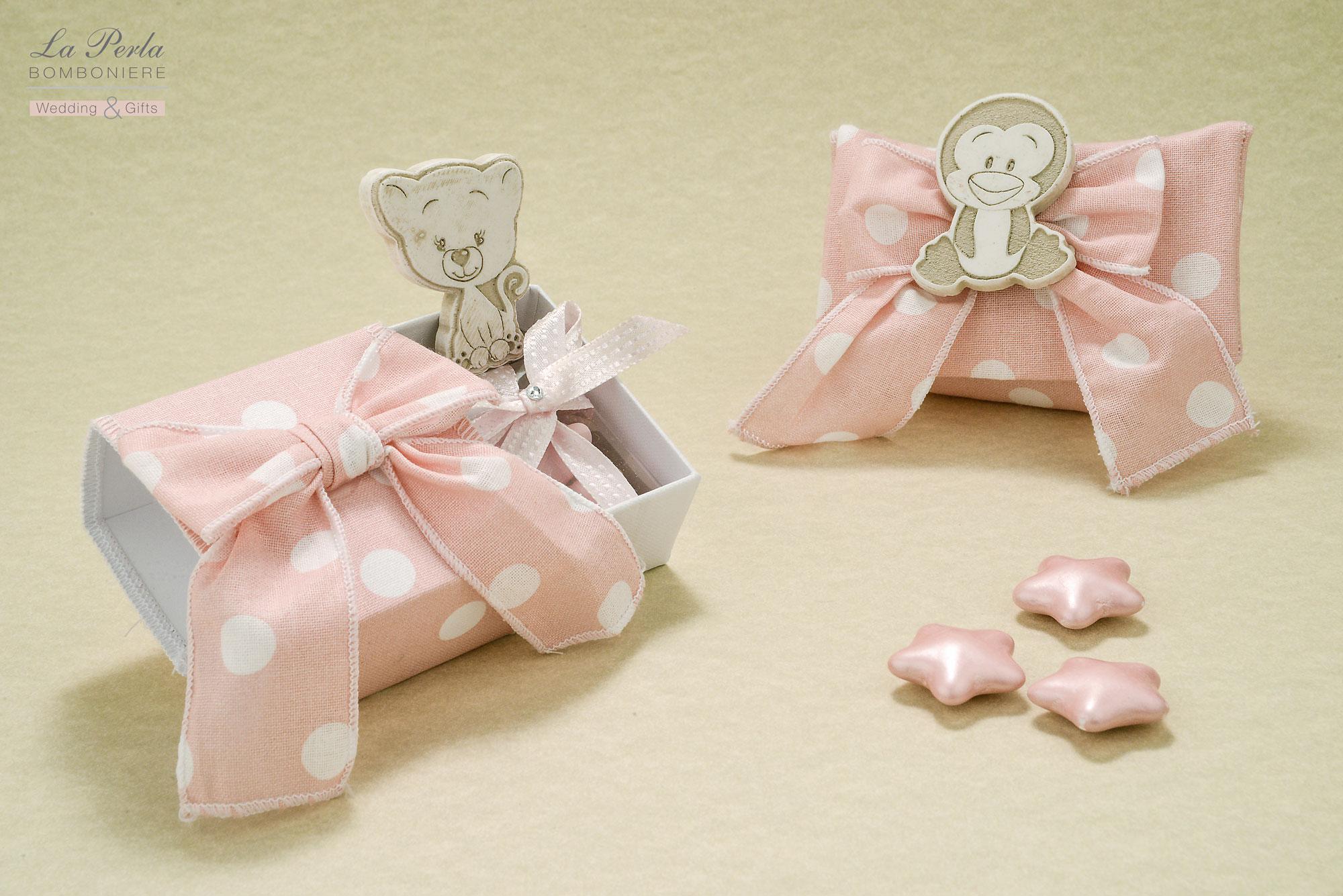 Pinguino e Gattino in resina con calamita, applicato su bustina o all'interno della scatolina, in tessuto di cotone a pois, made in Italy. Possibilità di scegliere gli animaletti coccolosi.