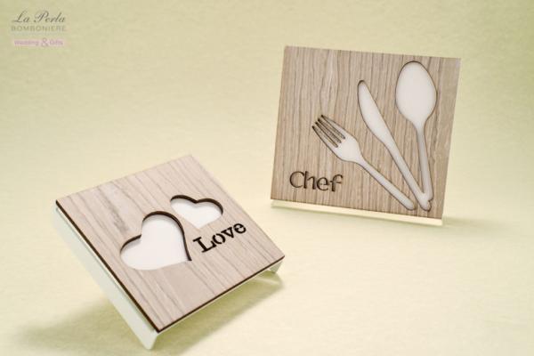 Sottopentola Chef e 2 Cuori in metallo e legno intagliato al laser, made in Italy. Un tocco di simpatia sulla tavola.