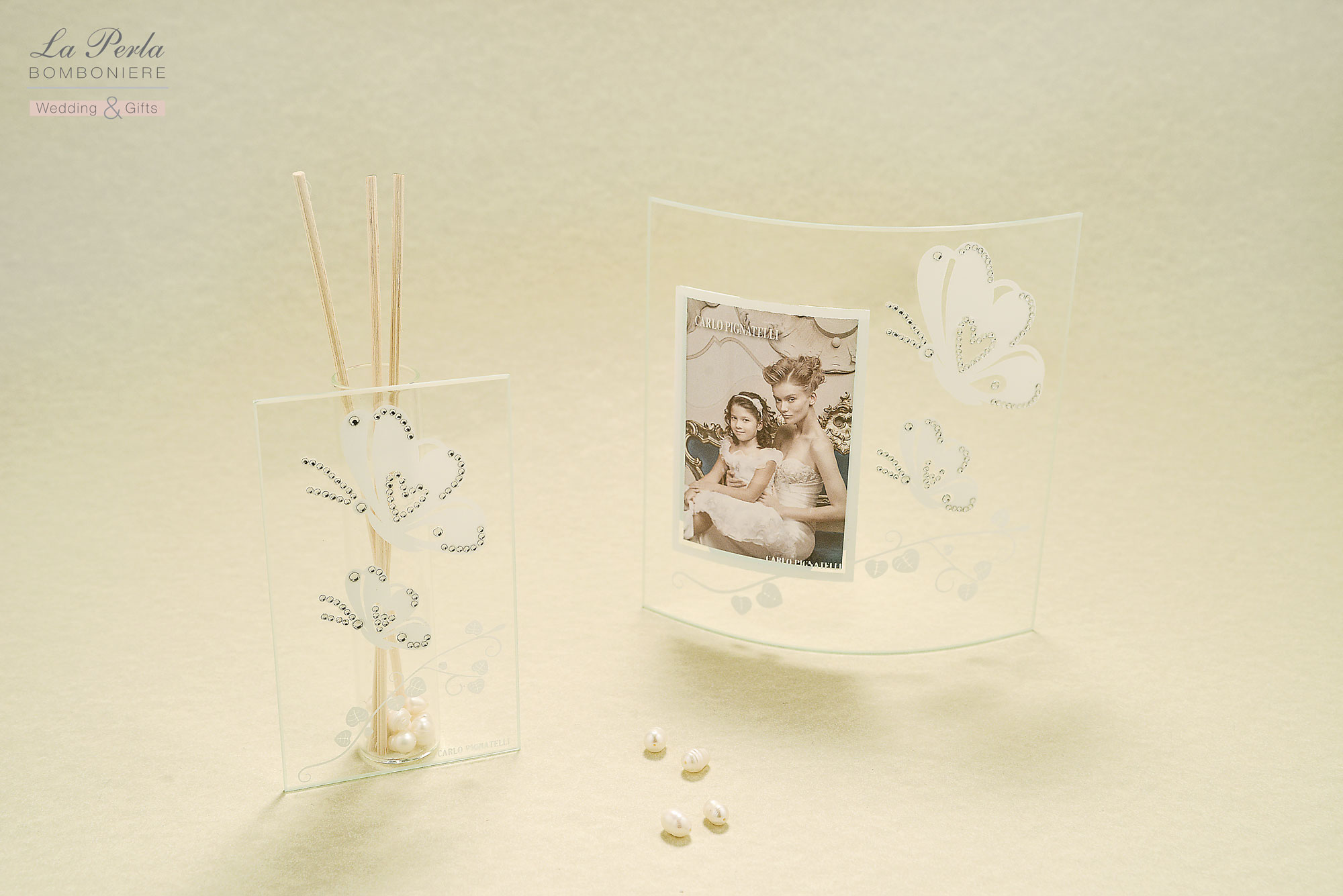 Portafoto con farfalle e Profumatore per ambiente firmati Carlo Pignatelli. Collezione Silvia dalla linea elegante, in vetro decorato e strass. Partecipazioni di Carlo Pignatelli incluse.