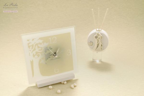 Orologio Albero della Vita e Profumatore coppia sposi firmati Carlo Pignatelli. Collezione Susanna in vetro avorio satinato e profumatore in gres. Partecipazioni di Carlo Pignatelli incluse.