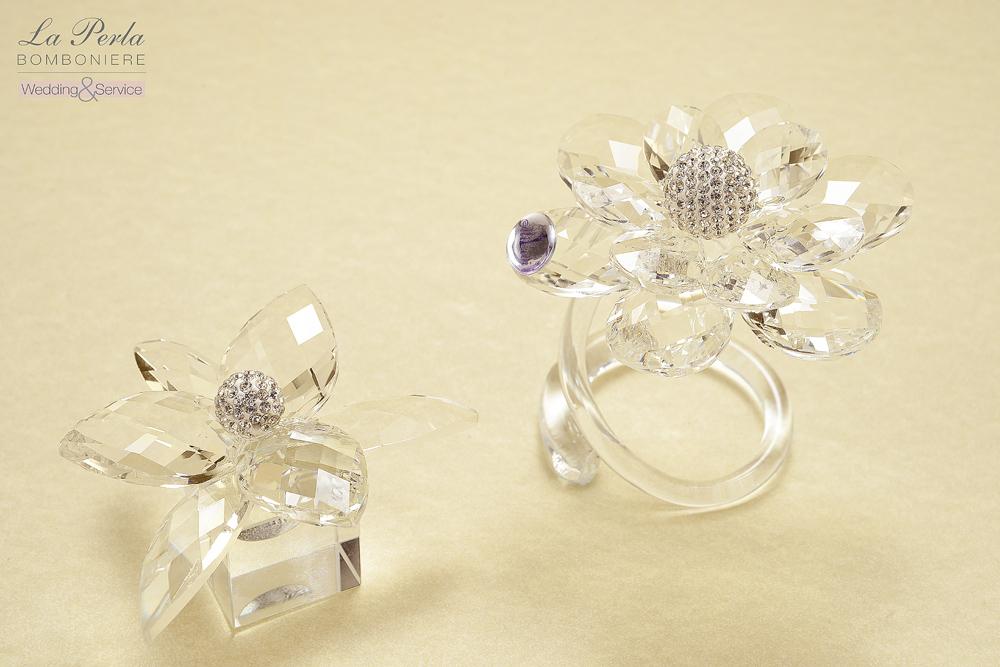 Romantici ed eleganti i Fiori di Cristallo con componenti di Swarovsky che li rendono luminosi e trasparenti. Creazioni Made in Italy .