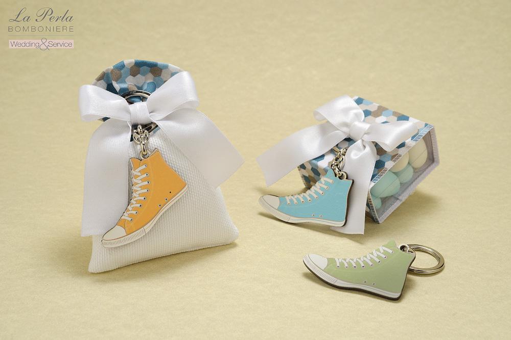 Portachiavi All Stars in legno dai vari colori legati su sacchetto in cotone e scatola in pvc con particolari in stile Vintage.