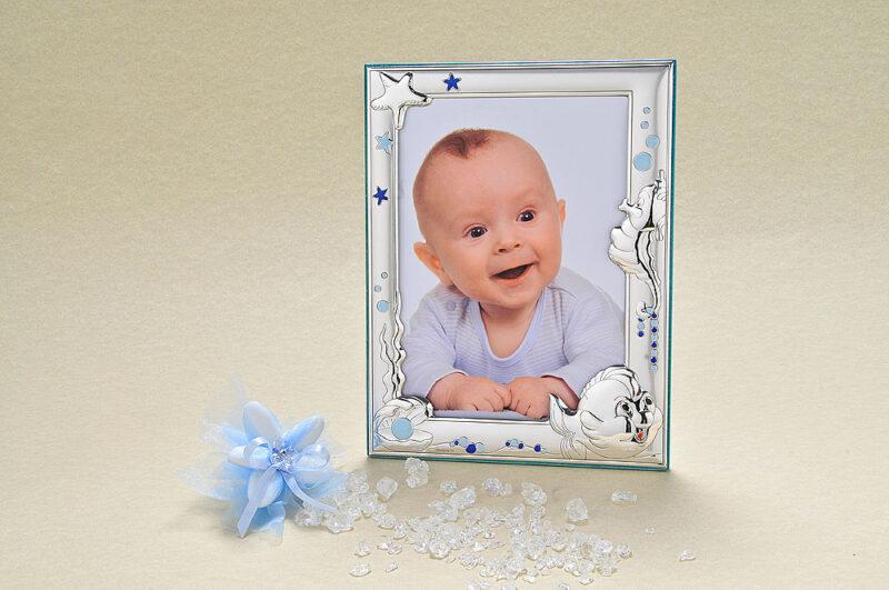 I protagonisti dell'ambiente marino, in questo portafoto in argento 925 di Valenti, avvolgono, orgogliosi, gli scatti del vostro bebè.