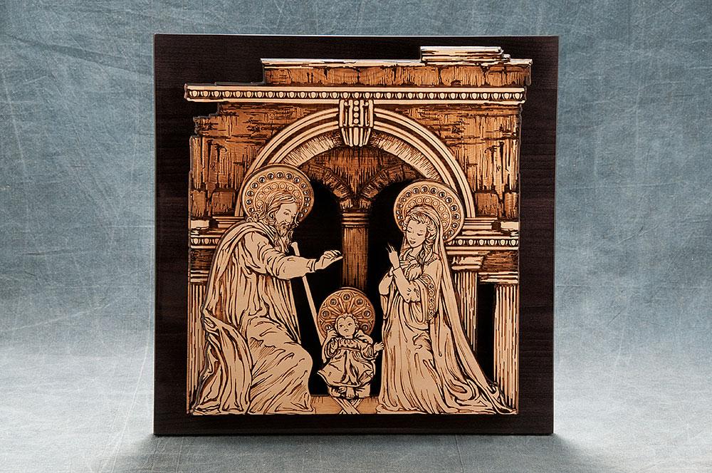 Icona Sacra Famiglia in legno intagliato al laser, con intarsi in strass; cm 30 x 30.