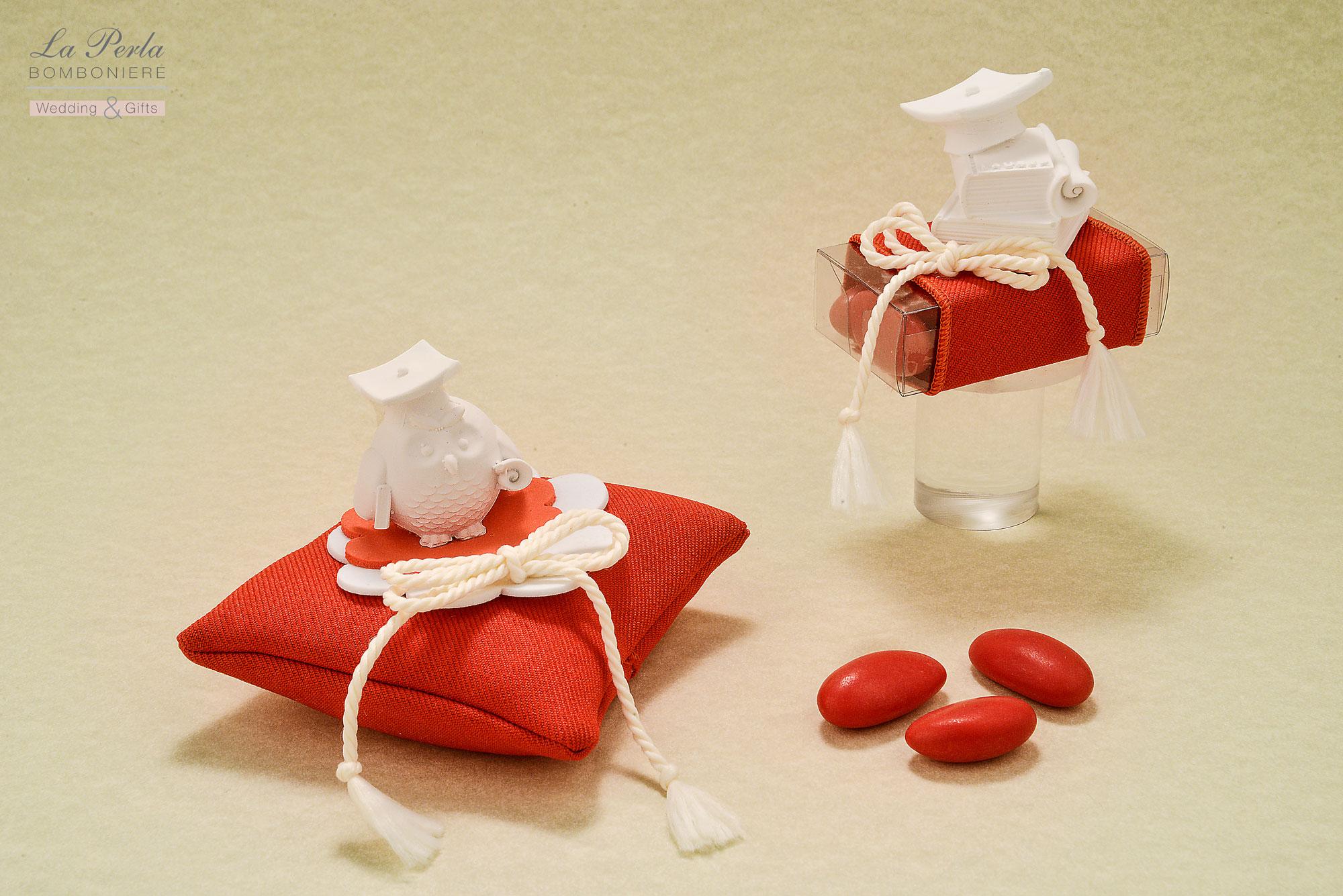 Gessetto profumato a forma di Gufetto Laureato, applicato su una bustina quadrata in tessuto di cotone rosso, made in Italy. Dopo tanta fatica, il profumo della meritata Laurea!