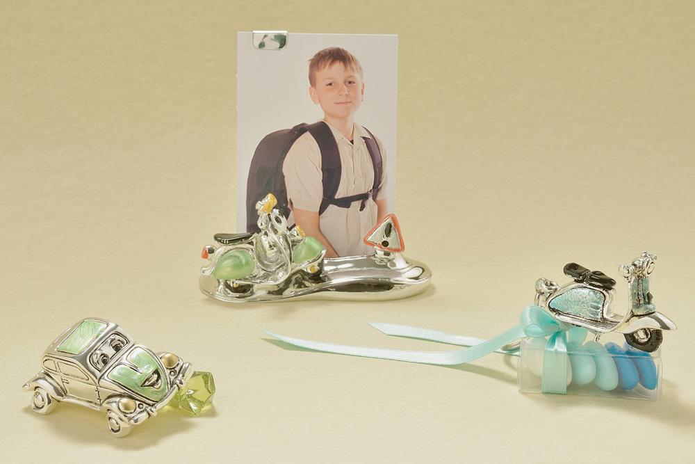 Vespina e maggiolone con occhietti vispi e furbetti, che ispirano simpatia come il ragazzino nel portafoto. La Linea è realizzata in resina ricoperta d'argento 925, di Bongelli Argenti.