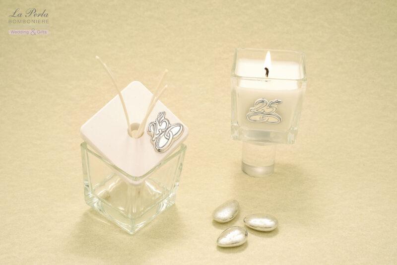 Profumatore in vetro con coperchio in gesso e Candelina profumata con targhetta personalizzata 25° in argento. Due complementi d'arredo simbolici e moderni.
