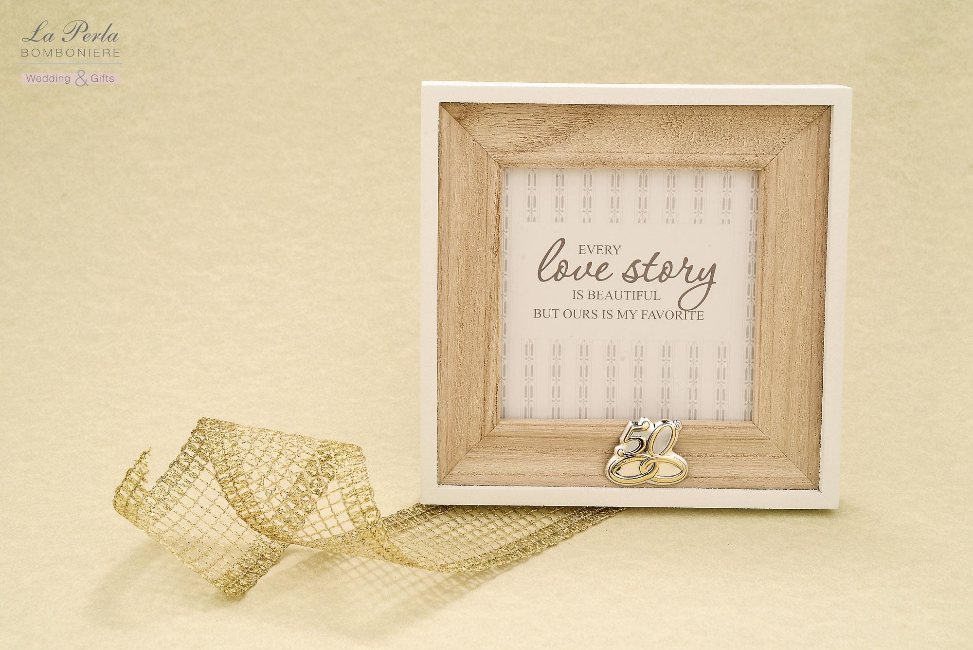 Portafoto quadrato in legno, stile shabby, con applicazione di targhetta personalizzata 50°. Una versione per Nozze d'Oro, perfetta per gli amanti dello stile moderno.