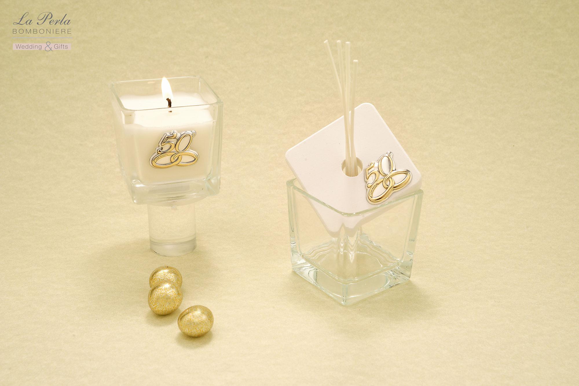 Profumatore in vetro con coperchio in gesso e Candelina profumata con targhetta personalizzata 50° in argento. Due complementi d'arredo simbolici e moderni al tempo stesso.