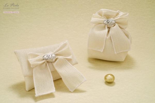 Scatolina in pvc e sacchettino in tessuto laminato oro, con targhetta 50° in argento. Molto delicata e raffinata la presenza dell'oro sul tessuto.