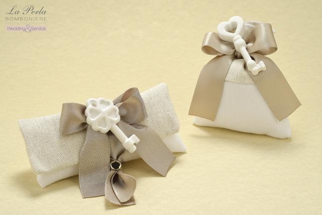 Bustina rettangolare e sacchetto in cotone con gessetto profumato a forma di chiave. Le chiavi della Vita come simbolo portafortuna per una buona vita assieme.