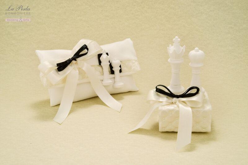 Per gli amanti degli scacchi, ecco la versione in Gessetto profumato del Re e della Regina, su bustina in raso, e scatolina ricoperta da tessuto ondulato similpelle. Segnaposto romantico, tutto made in Italy.