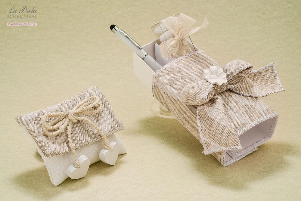 Bustina rettangolare in tessuto shabby con 2 cuoricini in legno e scatola rettangolare rivestita in tessuto shabby con penna touch, che unisce l'utile al bello.