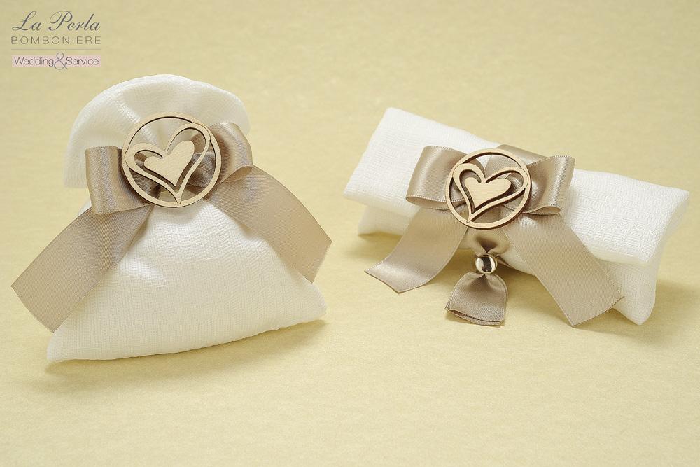 Bustina in cotone bianco e sacchettino con cerchio che racchiude un cuore in legno dalle forme morbide e tondeggianti. Made in Italy.