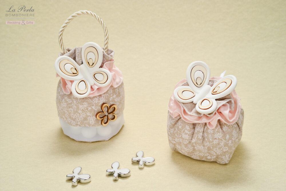 Borsetta e sacchettino in lino dai colori tenui, con farfalla in gesso profumato con intarsi in legno, made in Italy.