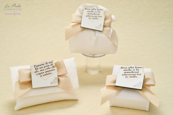 Bustina, sacchetto bombato e scatolina in cotone made in Italy, con calamita in legno a forma di busta aperta con aforismi.