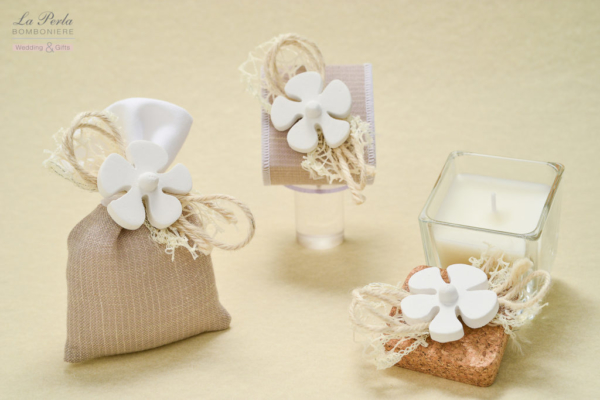 Sacchetto in tessuto morbido di cotone ecrù e bianco, con gessetto a forma di elica. Scatolina e candela profumata in stile, tutto made in Italy.