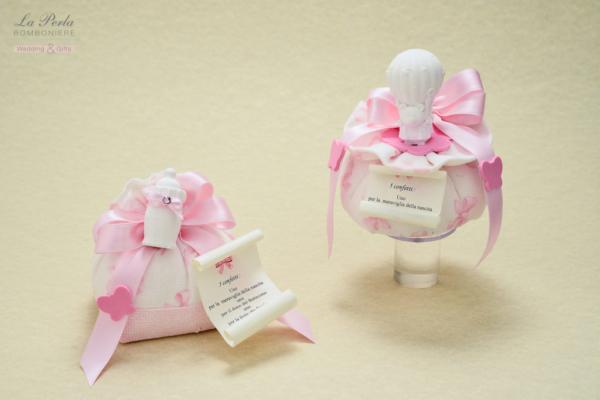 Sacchettino vintage in cotone, con fiocchetti rosa e gessetto profumato a forma di biberon e mongolfiera. Made in Italy.
