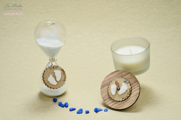 Clessidra e candela profumata della collezione Primi Passi, decorate con due piccoli piedini a gessetto profumato. Possibilità di scrivere il nome del bimbo.
