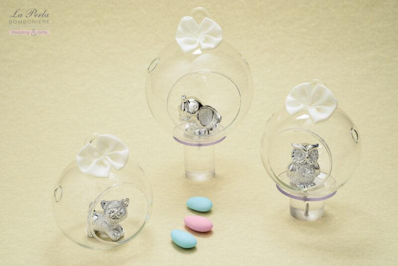 Gattino, elefantino e gufetto in resina argentata, si cullano dentro alla pallina di vetro traforata.