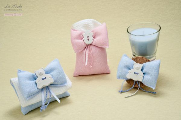 Bustina rettangolare e sacchettino in cotone jacquard con bottoncino a gessetto e candela al profumo di vaniglia. Tessuti e realizzazione made in Italy.