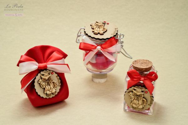 Il Tag in legno con gufetto laureato, personalizza il barattolino ermetico, il sacchettino in cotone e la bottiglietta in vetro.