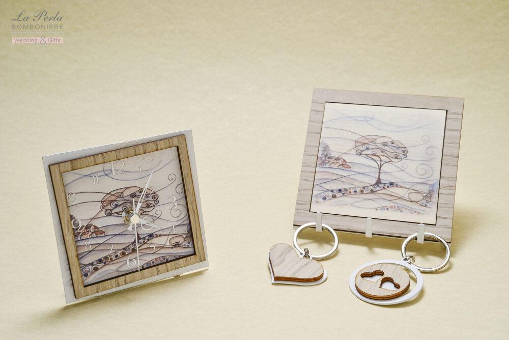 Orologio e appendichiavi a 3 posti con particolare di Paesaggio romantico. Metallo e legno intagliati a laser, made in Italy.