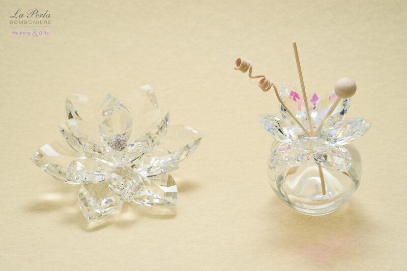 Profumatore elegante in cristallo e Fior di Loto in cristallo iridescente, che richiama il fiore dalle 1000 sfumature. Made in Italy.