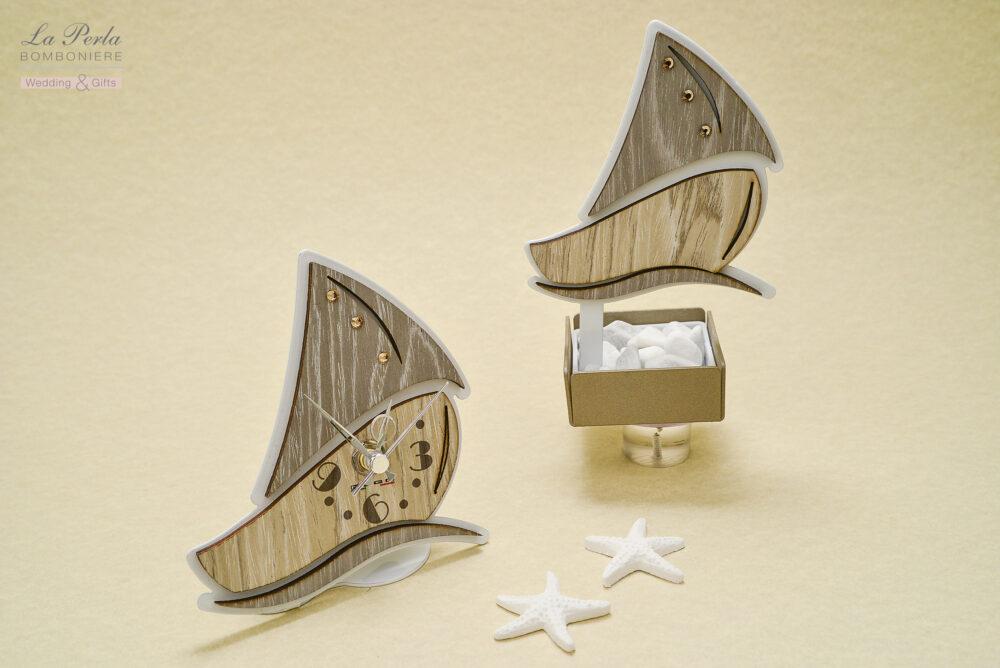 Profumatore e orologio a barchetta in metallo e legno intagliati al laser, made in Italy.