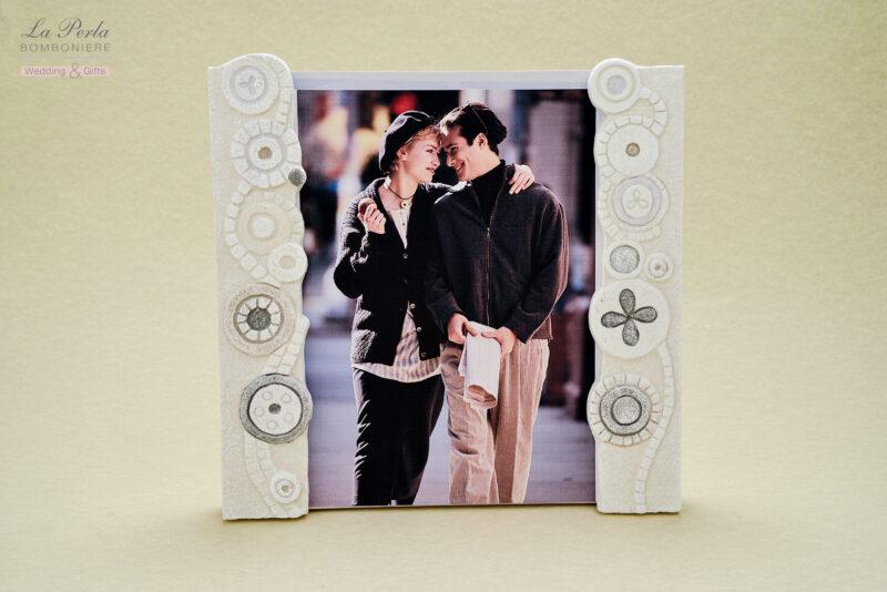 Portafoto interamente fatto a mano utilizzando la carta mista alla pietra, firmato CARTAPIETRA . Made In Italy.