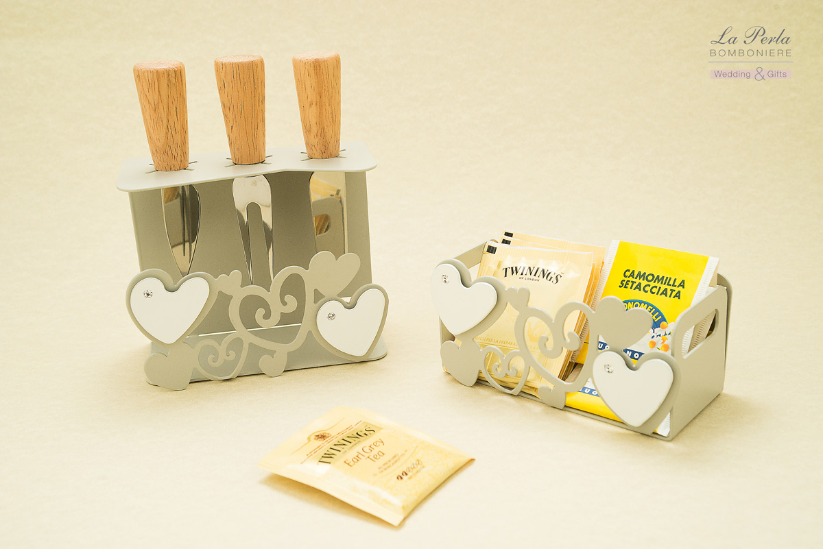 Set coltelli per formaggio e Portabustine del tè o tea e tisane. Decori freschi uptodate in metallo intagliato al laser rigorosamente Made in Italy.