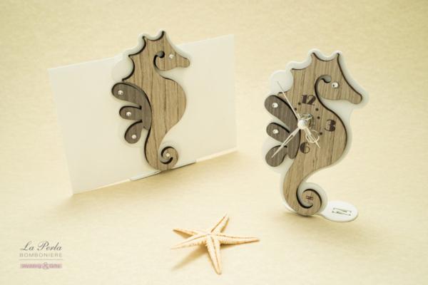 Orologio e portadocumenti a forma di cavalluccio marino in metallo e legno intagliati al laser. Made n Italy.