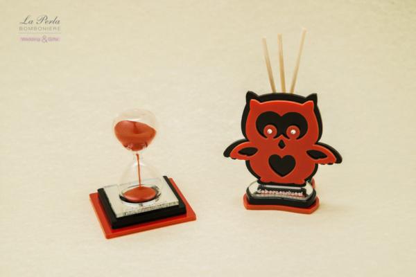 Clessidra con sabbia rosso Laurea su base in plexiglass specchiato rosso e nero e Gufetto Profumatore portafortuna dei laureati. Made in Italy by Debora Carlucci.