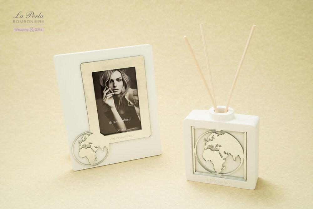 Portafoto e Profumatore della Collezione Mondo firmata Debora Carlucci. Questa collezione prevede le Partecipazioni e Inviti matrimonio in omaggio, con l'acquisto di almeno 50 bomboniere.