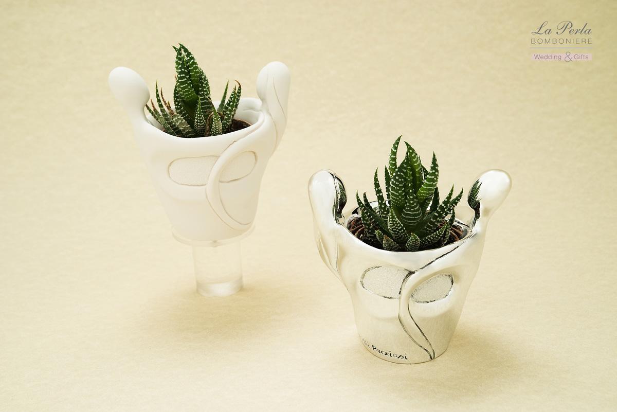 Vasetto con coppia innamorati stilizzata in resina, in versione anche argentata. Made in Italy.