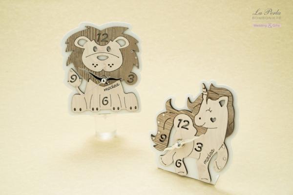 Leone e Unicorno con orologio in metallo e legno intagliati al laser. Made in Italy.