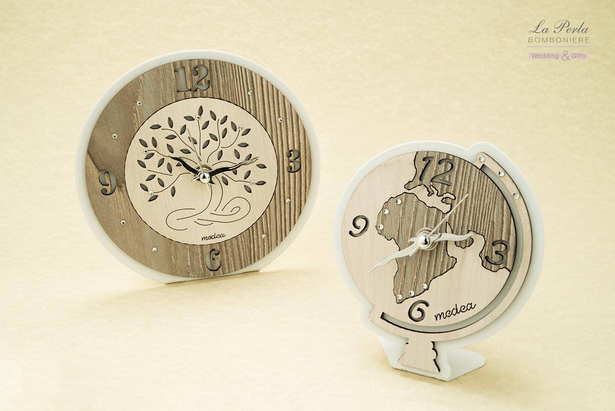 Orologio Albero della Vita con radici simbolo di solidità e orologio mappamondo in metallo e legno intagliati al laser. Design e realizzazione Made in Italy.